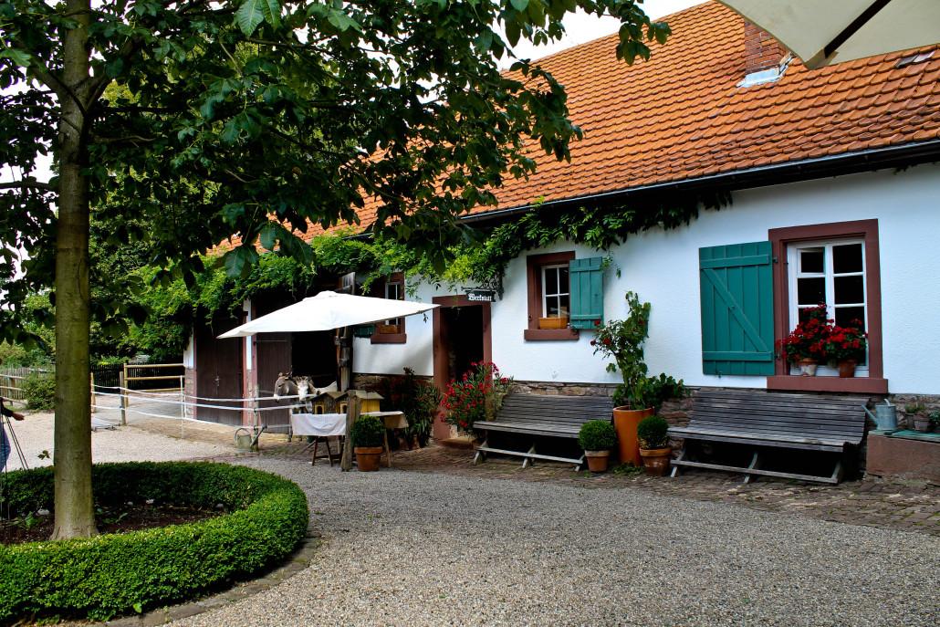 Reizvolle Umgebung für den 1. Langensteinbacher Conrathsmarkt: Der Hof des Alten Forsthauses