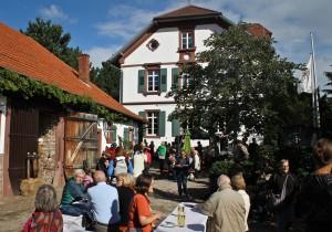 Fröhliche Stimmung beim 1. Langensteinbacher Conrathsmarkt auf dem Gelände des Alten Forsthauses